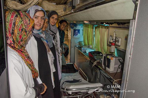 Krankenpflege-Personal aus der Gegend unterstützt die Ärzteteams von Embracing the World