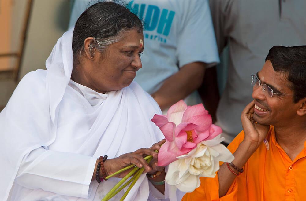 Amma mit Brahmachari Shubamrita