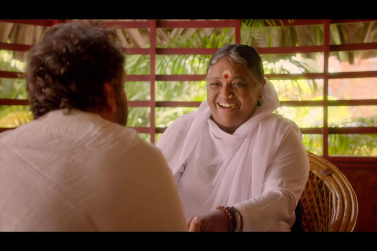 Amma mit Regisseur Shekhar Kapur in Amritapuri (Indien)