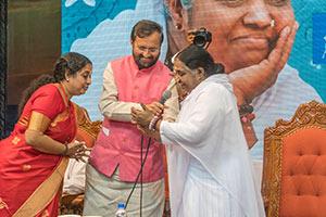 Amma lanciert Amrita OceanNet in Amritapuri (Indien)
