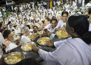 Amma bei der Essensausgabe in Amritapuri
