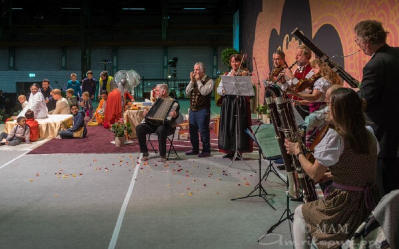 Musiker begrüssen Amma mit regionalen Klängen