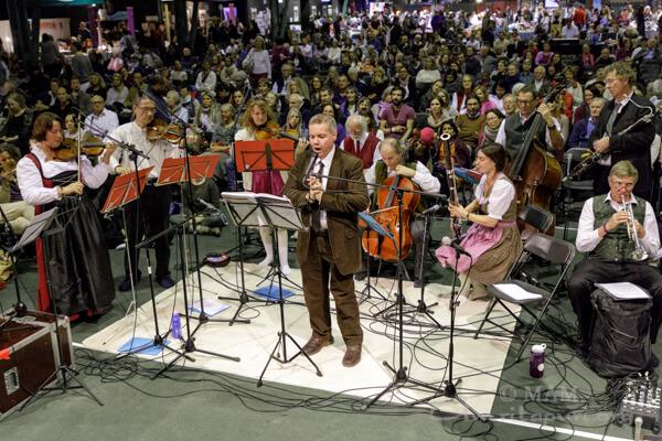 zahlreiche Musiker spielen wie jedes Jahr für Amma