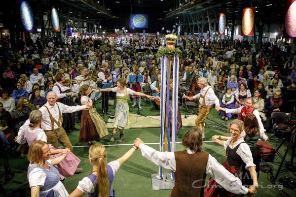 """ein traditioneller bayrischer """"Bandltanz"""""""