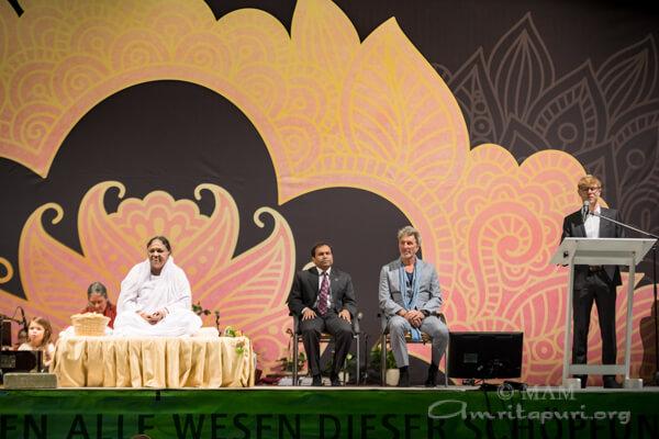 Sugandh Rajaram und Rufus Beck beim abendlichen Festakt