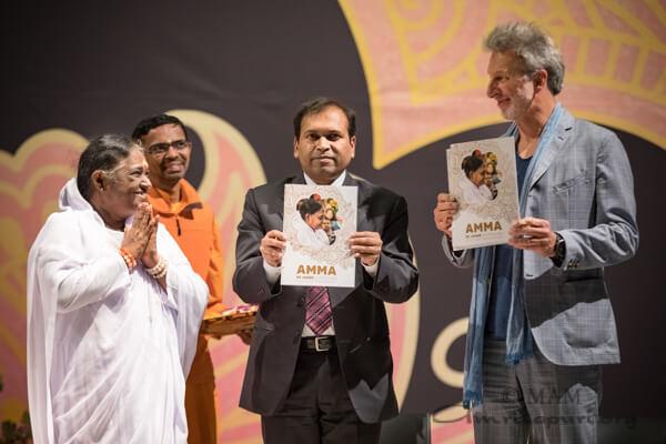 Sugandh Rajaram und Rufus Beck nehmen die Festschrift entgegen