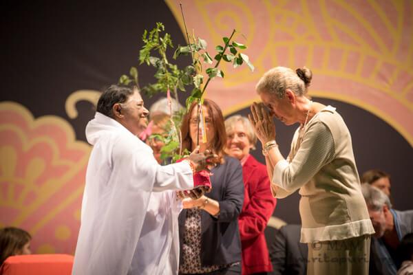 Amma übergibt Bäume an Menschen aus der Umgebung