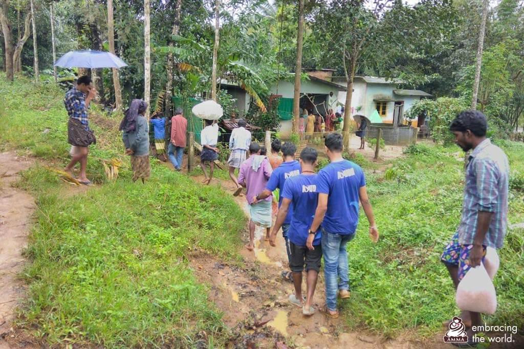 AYUDH-Mitglieder verteilen Hilfsgüter im Bezirk Wayanad.
