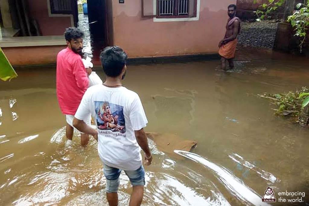 AYUDH-Freiwillige helfen in einem überfluteten Haus.