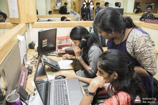Arbeit beim 24-Stunden-Notruftelefon Amrita Helpline.
