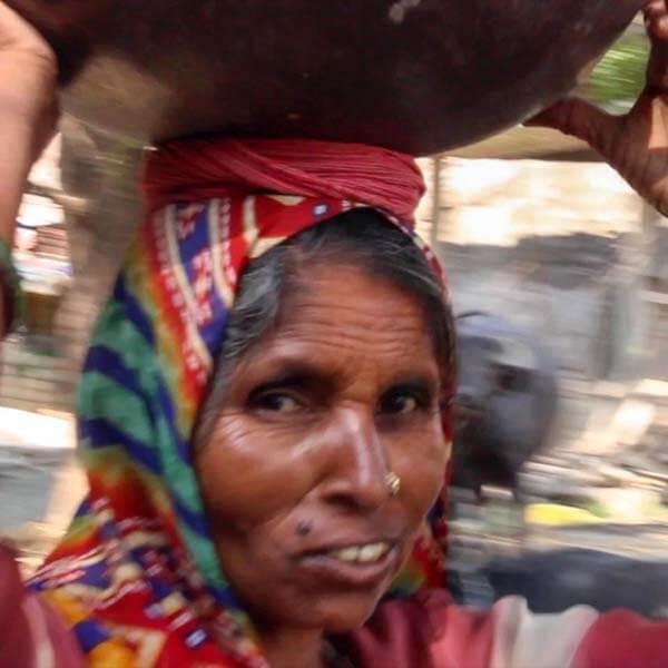 Frauen bauen Toiletten in Indien