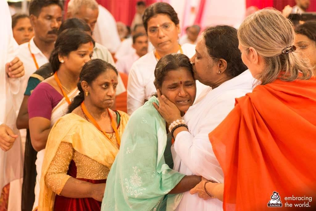 Amma umarmt eine Frau