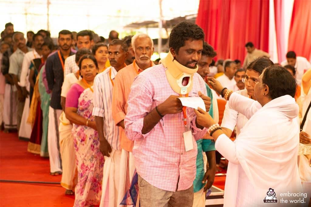 Amma umarmt Überlebende der Flutkatastrophe in Kerala