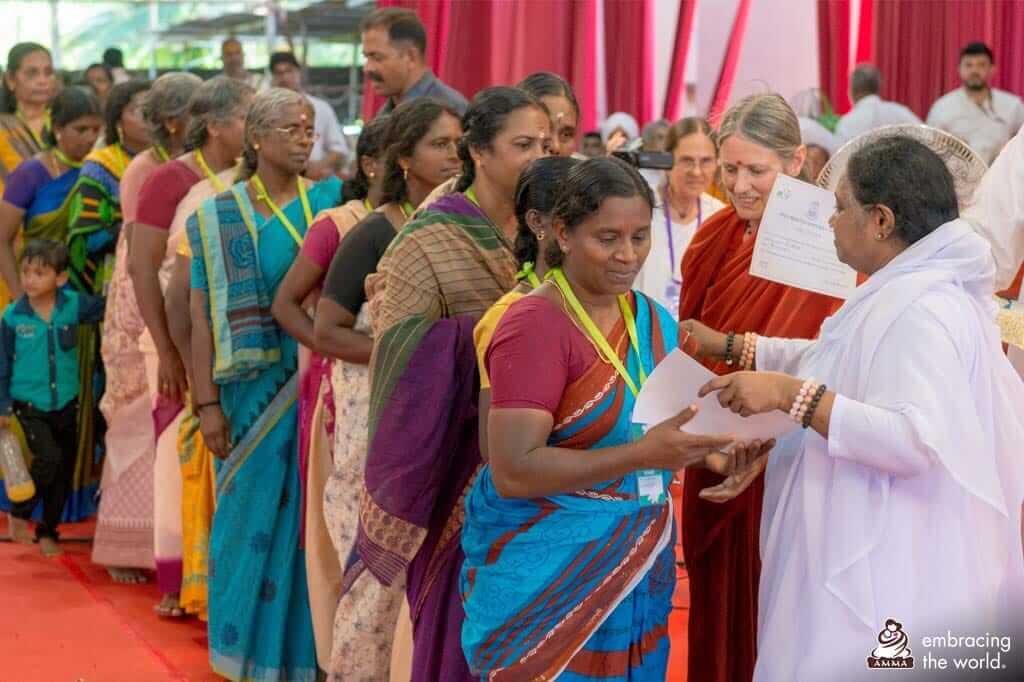 Amma trifft Überlebende der Überschwemmungen inm indischen Bundesstaat Kerala