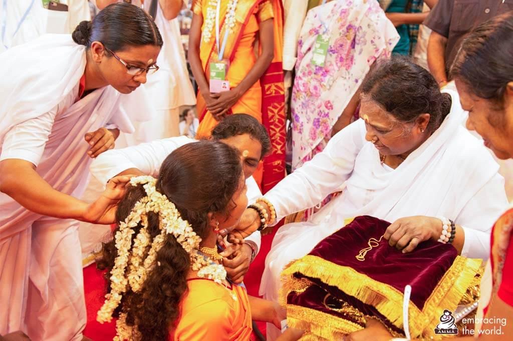 Amma mit einer Braut