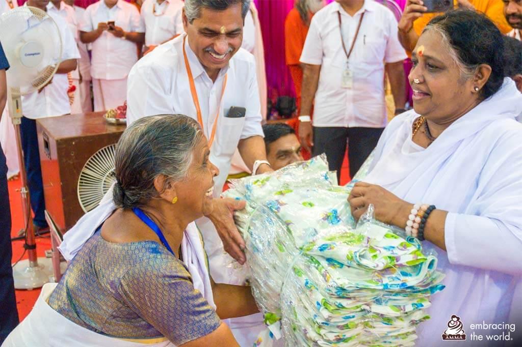 Amma verteilt Saris an arme Frauen