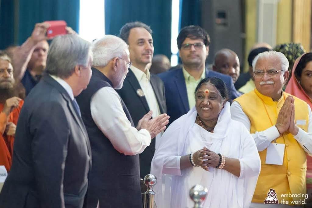Amma mit Narendra Modi und dem Generalsekretär der Vereinten Nationen, António Guterres