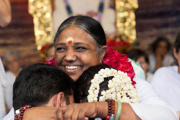 Amma umarmt ein frisch verheiratetes Paar
