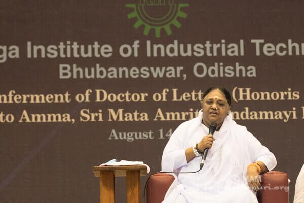 Amma spricht während der Verleihung ihres Ehrendoktortitels