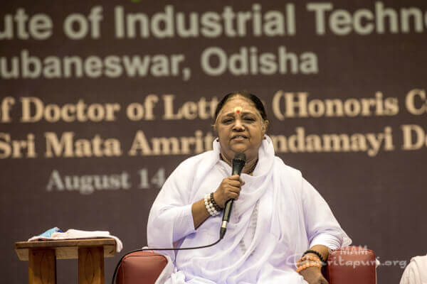 Amma akzeptiert die Ehrendoktorwürde des Kalinga Instituts in Indien