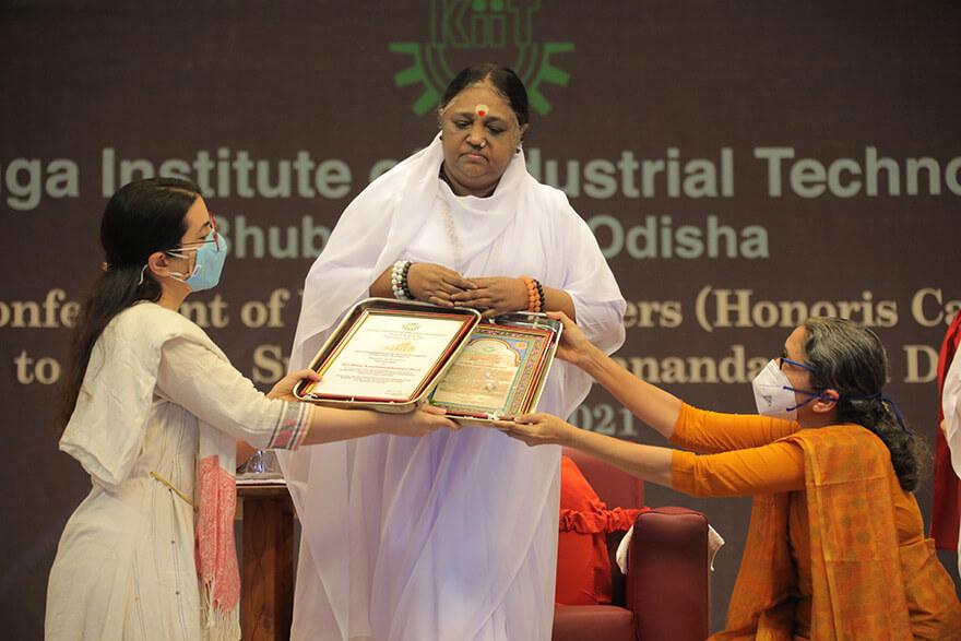 Amma erhält die Ehrendoktorwürde der Kalinga Universität