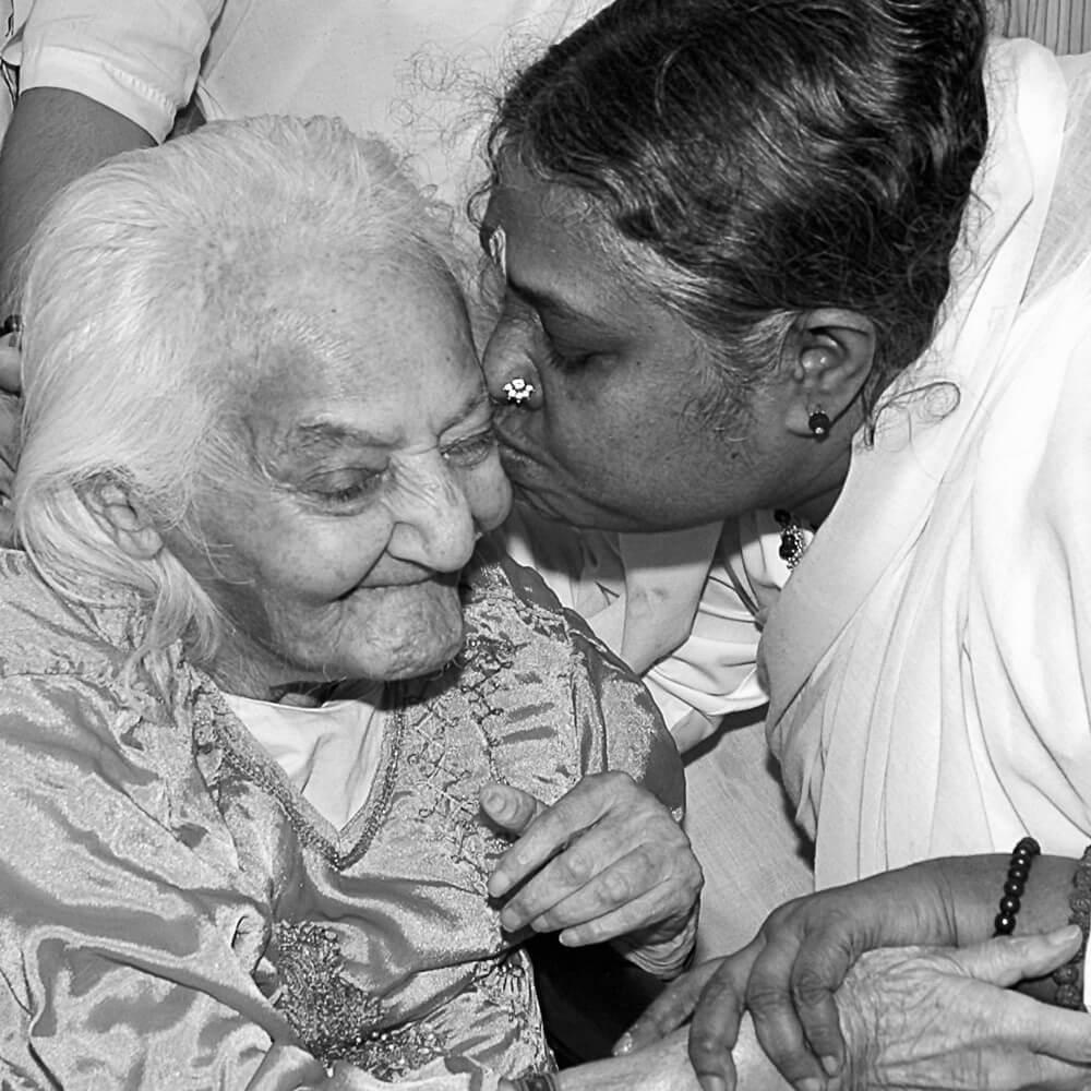 Amma gibt einer älteren Frau Darshan