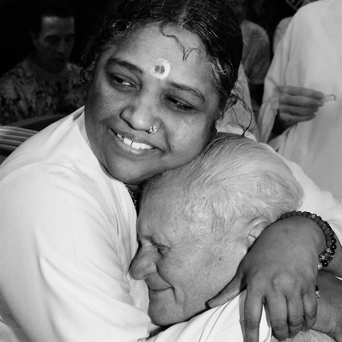 Amma umarmt einem älteren Mann