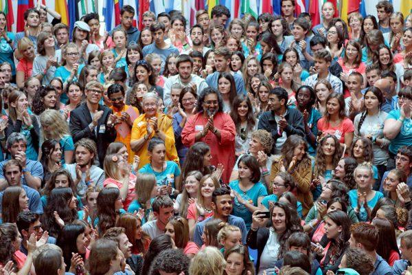 Swami Amritaswarupananda mit Jugendlichen
